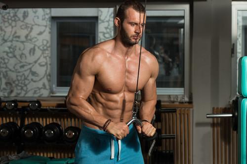 Seis ejercicio que puedes realizar con poleas para trabajar todo tu cuerpo