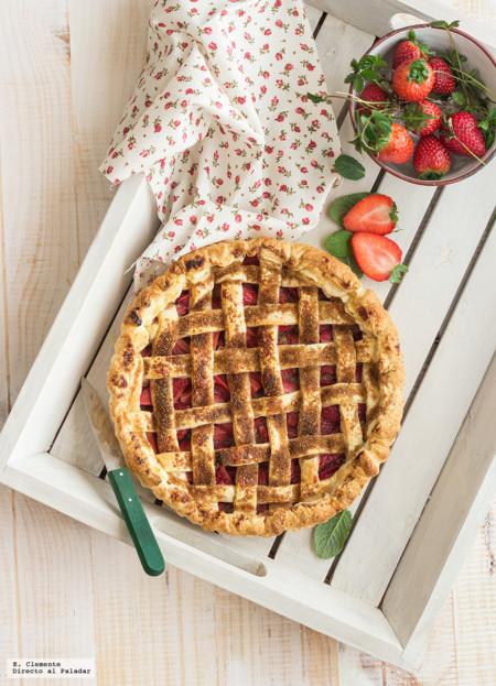 Tarta fácil de hojaldre con fresas y almendra. Receta