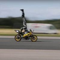¡Nuevo Récord Guinness! Este piloto ha conseguido hacer el pino sobre una moto a 122 km/h