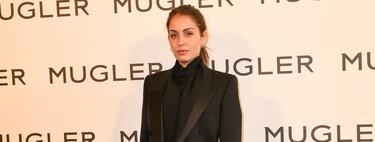 Se necesita muy poco para brillar en un evento: Hiba Abouk nos lo demuestra en París con un total look de color negro