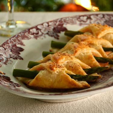 Hojaldres de salmón y espárragos trigueros, receta de aperitivo para Navidad