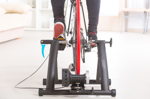 Rodillos de bicicleta para entrenar dentro de casa: en qué tienes que fijarte al comprar uno