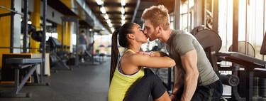 Entrenamiento en pareja: seis ejercicios para entrenar todo tu cuerpo en casa y en buena compañía