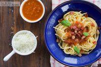 Espaguetis con panceta y salsa de tomate casera.Receta