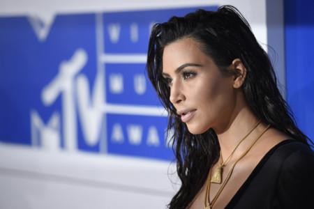 Kim Kardashian vuelve a confiar en John Galliano (y los polvos dorados) para lucir un aspecto de recién salida de la ducha