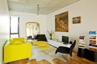 Puertas abiertas: un salón con toques amarillos