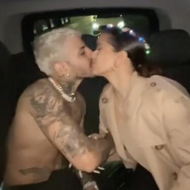 El beso viral de Rauw Alejandro y Rosalía: se comen los morros desde su limusina para TikTok