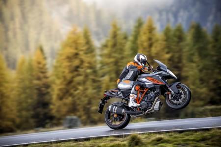 El bebé resultante de la última cita entre turismo y adrenalina se llama KTM 1290 Super Duke GT