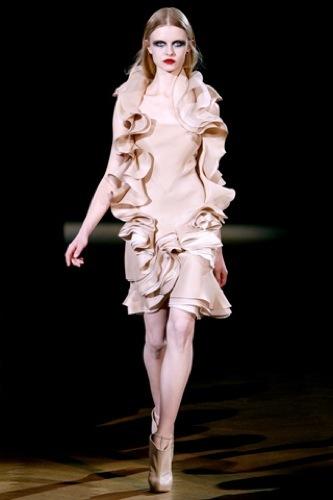 Givenchy Alta Costura Primavera-Verano 2010: una colección dominada por las transparencias. Volantes