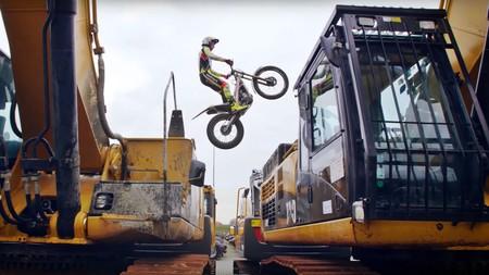 Envidia nivel: la habilidad de Adam Raga volando entre maquinaria pesada con su moto de Trial