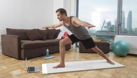 Esta alfombra para hacer yoga es también tu profesor