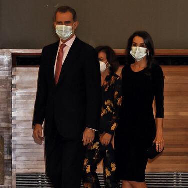 Doña Letizia luce así de espectacular con un sencillo vestido negro y unos manolos en el Premio de Periodismo Francisco Cerecedo