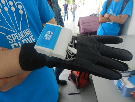 Con este guante estudiantes mexicanos quieren que las personas con problemas de habla puedan volver a comunicarse
