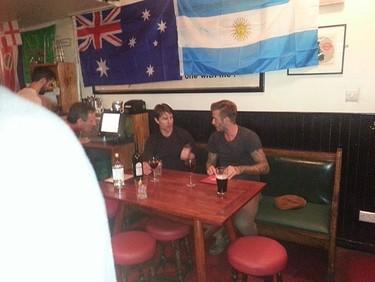 Tomarte unas pintas con David Beckham y Tom Cruise. Lo normal