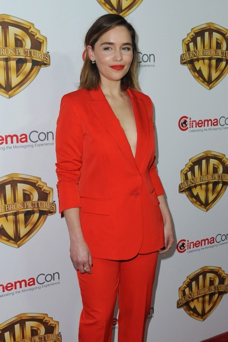 Emilia Clarke le gana la partida del estilo a Cara Delevingne en el CinemaCon