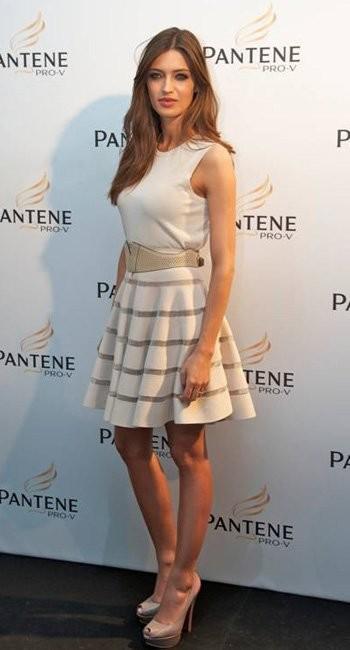 El estilismo de Sara Carbonero en la presentación de Pantene