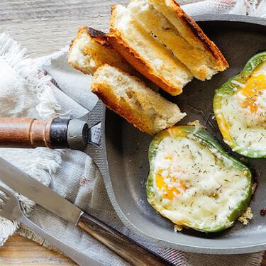 Huevos estrellados en pimiento. Receta fácil para el desayuno