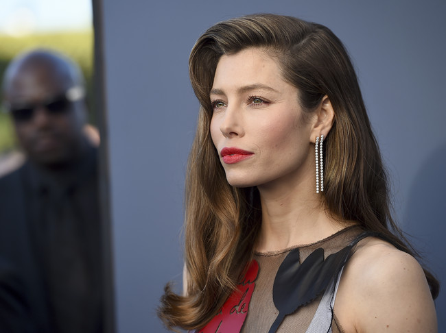 jessica biel critics choice awards alfombra roja
