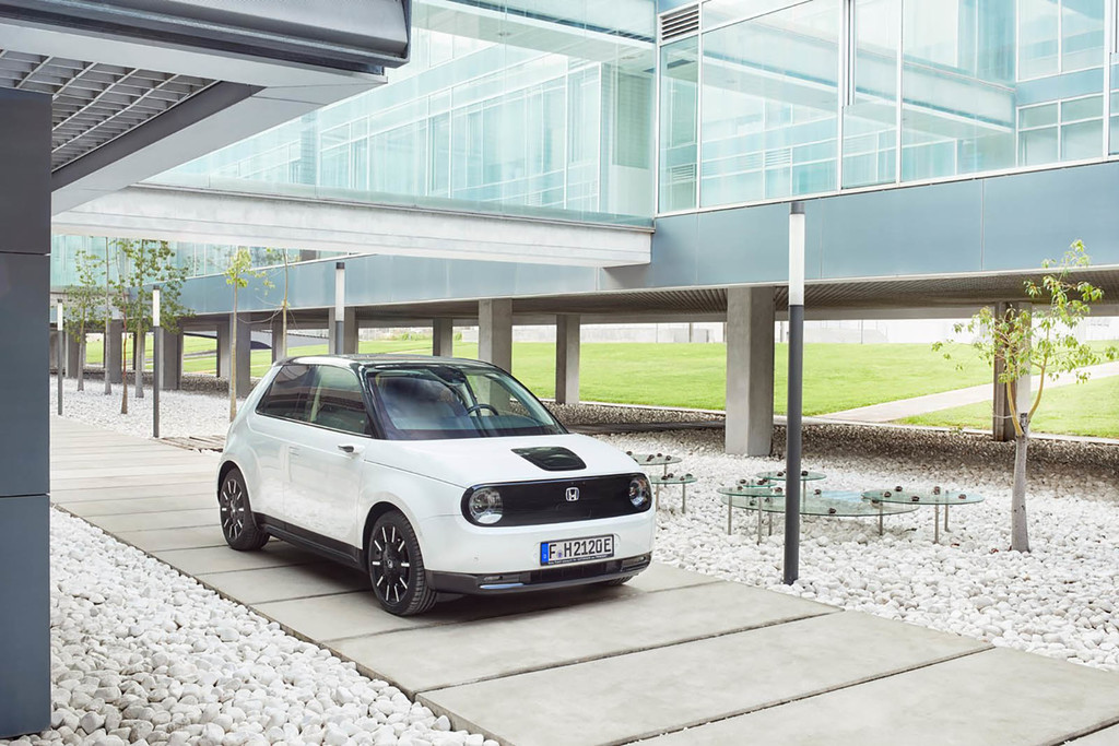 El Honda e es la propuesta neoretro de Honda de un coche eléctrico con 222 km de autonomía desde 34.800 euros