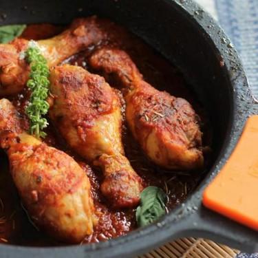 Muslos de pollo en salsa de tomate especiado y albahaca, el guiso de pollo que encanta a todos