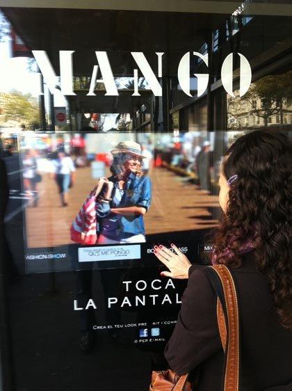 Ahora podrás seguir las colecciones de Mango desde la calle