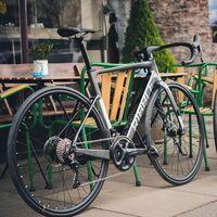 Esta bicicleta eléctrica de carretera ofrece 250 W y promete ser la más ligera del mercado, pero pasa los 6.500 euros
