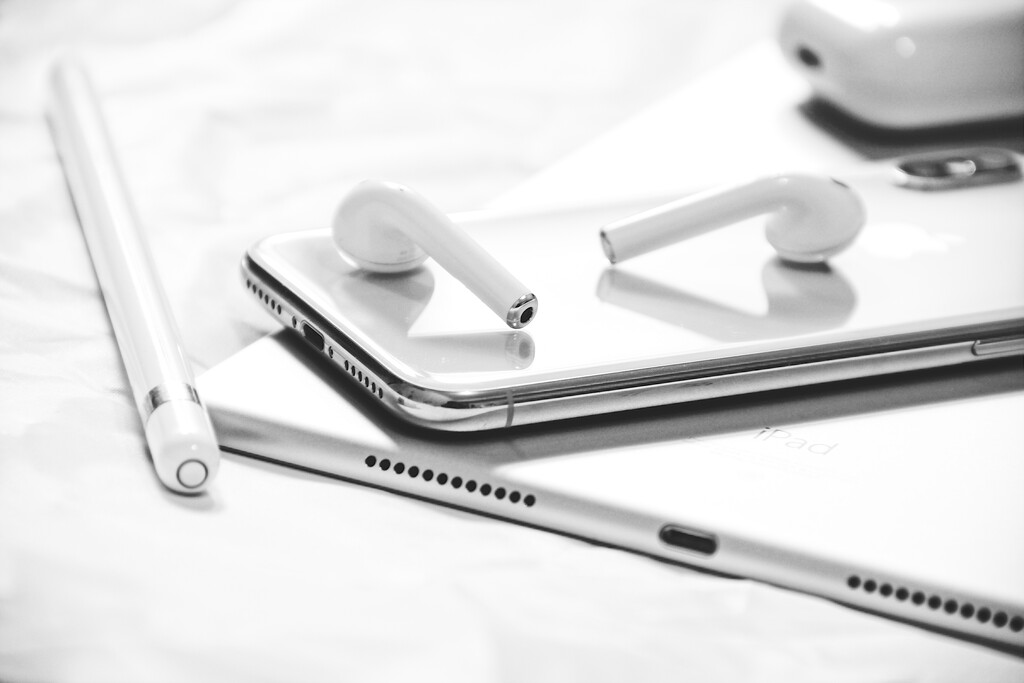 Apple está averiguando fundas para iPhone con las que pudiéramos trasladar y cargar nuestros AirPods, según alguna patente