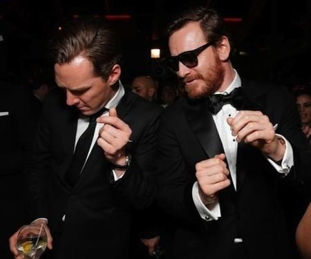 Benedict Cumberbatch y Michael Fassbender tras la entrega de los Globos de Oro