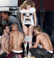 Kylie Minogue nunca se vio tan bien rodeada de hombres