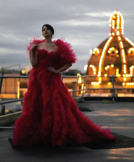 Anne hathaway vestido rojo