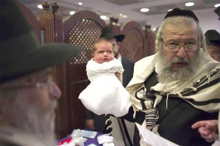 Los rabinos de Nueva York podrán seguir chupando el pene de los bebés tras circuncidarlos