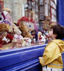 Comprar juguetes en los pequeños comercios
