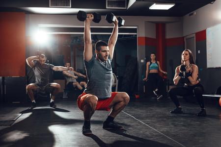 Cinco ejercicios de CrossFit que puedes hacer con mancuernas