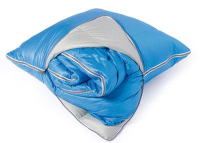 Un cojín con saco de dormir dentro
