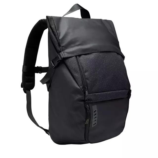 Hemos desarrollado la mochila Intensif 25L para los desplazamientos urbanos de los futbolistas y otros deportistas, con tirantes acolchados para más comodidad.  ¿Estás buscando una mochila práctica? Hemos desarrollado esta mochila Intensif con un bolsillo para el calzado, separado del compartimento central para la ropa de fútbol.