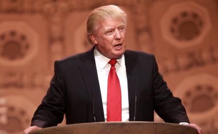 Donald Trump lo vuelve a hacer: pide un boicot a Apple... mientras tuitea desde un iPhone