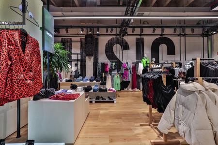 Bershka pega el salto al futuro: adiós a las colas cargados de ropa, hola a los espejos interactivos