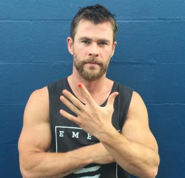¿Por qué muchos hombres están apareciendo con una sola uña de sus manos pintada?