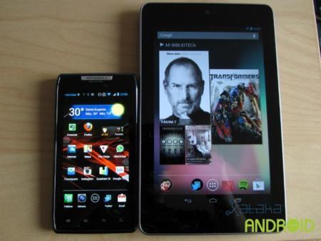 Comparacion de tamaño: Motorola Razr y Nexus 7 frente a frente