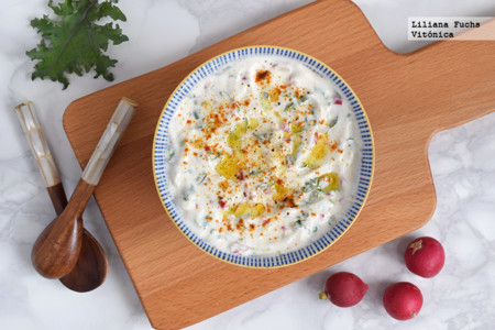 Raita o ensalada cremosa de yogur con rabanitos, espinacas y col. Receta saludable
