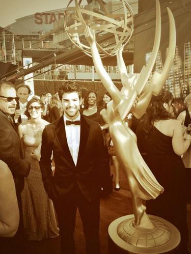 Miguel Ángel Muñoz sacándose fotos con todo y con todos en los Emmys