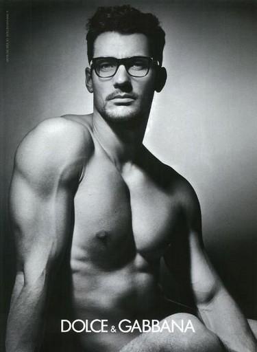 David Gandy se apunta a la moda 'gafapasta', pero eso sí con las de Dolce & Gabbana