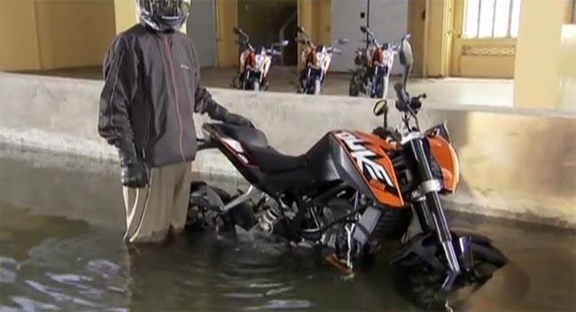 KTM Duke 200 pasa test bajo el agua