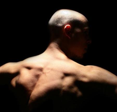Elevaciones frontales de hombro cruzadas para aumentar su tamaño