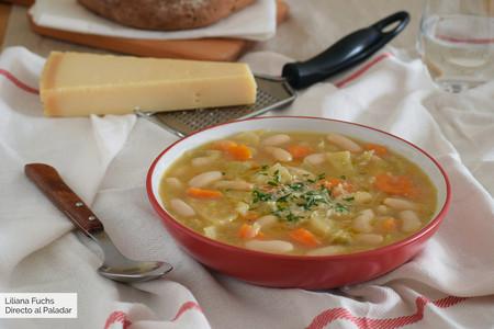 Sopa cremosa de alubias, verduras y parmesano
