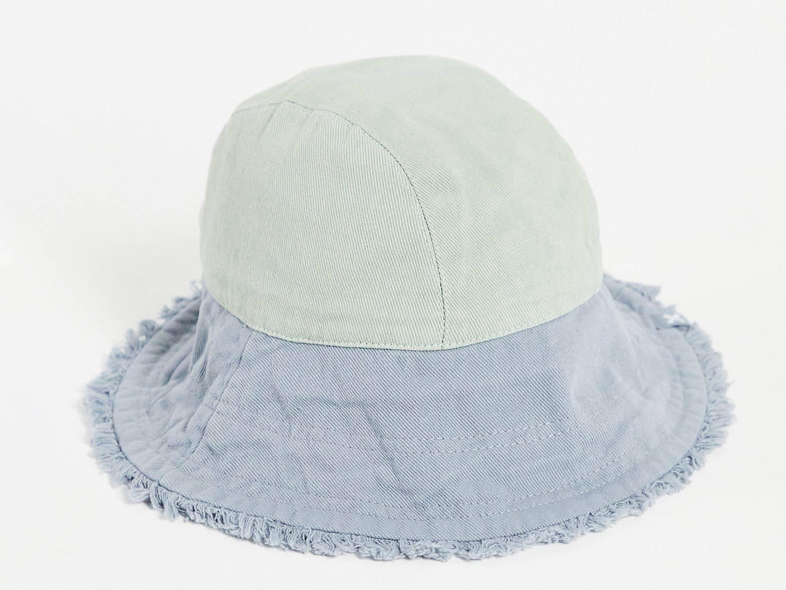 Sombrero de pescador con diseño tonal y bordes sin rematar.