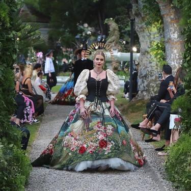 """Así es como Lady Kitty Spencer, """"Royal"""" británica, desfila para la Alta Moda de Dolce & Gabbana en el Lago di Como"""