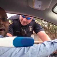 Un policía le da el alto y lo sorprenden con uno de los anuncios de embarazo más originales que hemos visto