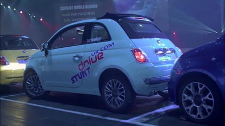 El (posible) nuevo Récord Guinness de aparcamiento, ahora con un Fiat 500C, es más espectacular todavía
