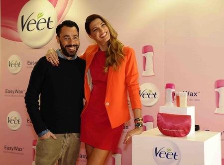 Veet presenta su nueva cera para pieles sensibles Easy Wax con unos padrinos de excepción: Laura Sánchez y Juanjo Oliva